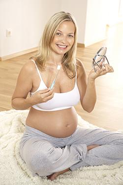 Trudnoća je fiziološko stanje, što znači da je organizam žene prirodno, potpuno prilagođen svim procesima koji se u ovom stanju dešavaju. Ipak, često od naših pacijenata čujemo da su im zubi propali u trudnoći. Istina je da trudnoća sa sobom nosi niz nelagodnosti koje mogu uticati na oralno zdravlje, ali, uz malo truda i adekvatne savete, osmeh buduće mame može ostati blistav!